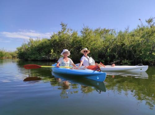 Señoras durante una excursión en canoa por el Parque Tepilora