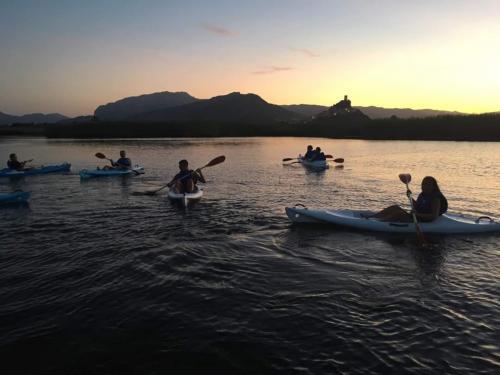 Grupo de excursionistas en canoas durante la excursión a Posada al atardecer
