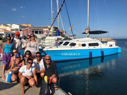 Gruppe von Wanderern am Ende eines Katamaranausflugs