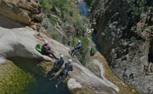 Wanderer beim Canyoning