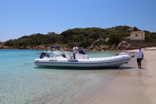 Schlauchboot mit Skipper im La Maddalena Archipel