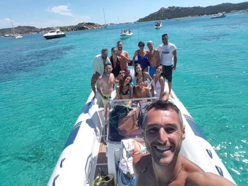 Gruppe von Freunden in einem Schlauchboot am Porto della Madonna