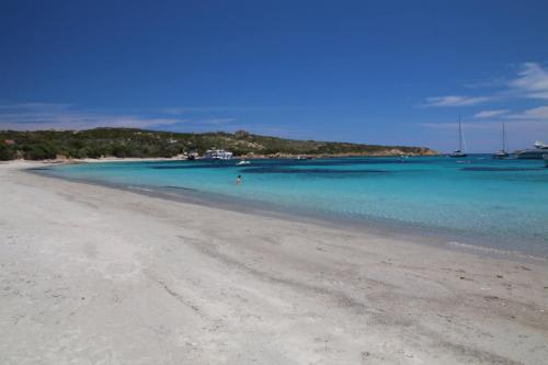 Insel mit weißem Strand und kristallklarem Meer im La Maddalena Archipel