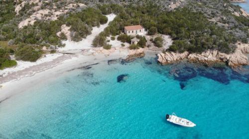Beiboot in Cala Granara auf der Insel Spargi
