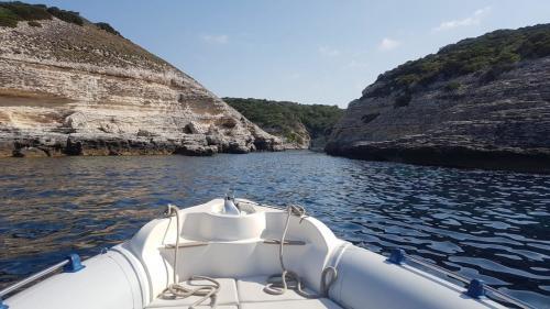 Schlauchboot während einer Tagestour auf Korsika