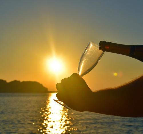 Sonnenuntergangswein an Bord eines Katamarans