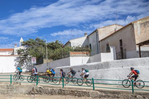 Gruppe von Fahrradwanderern in Asinara
