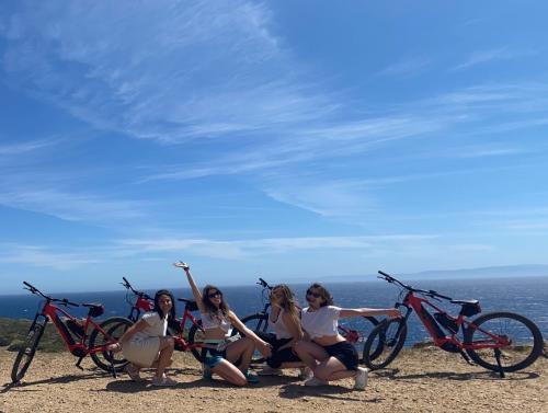 Mädchen während eines E-Bike-Ausfluges nach Asinara