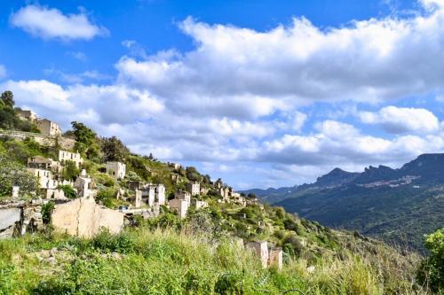 Panoramablick auf ein verlassenes Dorf