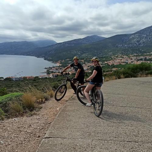 Paar in Cala Gonone auf einem Fahrradausflug