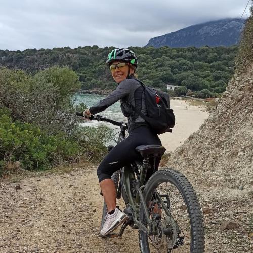 Mädchen in Cala Gonone mit dem Fahrrad
