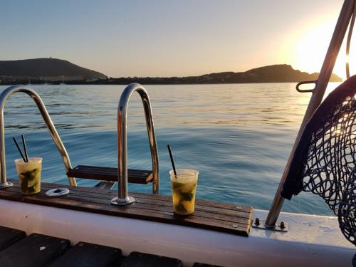 Aperitif an Bord eines Katamarans