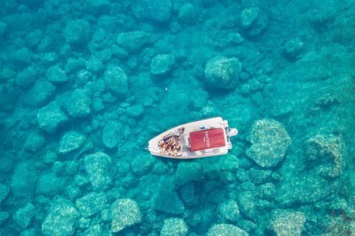 bote en el mar cristalino