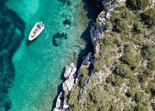 Bote en una cala de la costa de Alghero