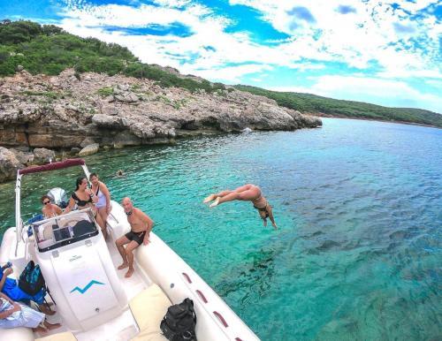 Chica se zambulle desde el bote