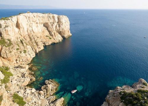 Bote en el mar de Alghero