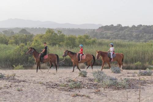 Guide on horseback during excursion for children