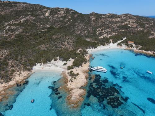 Motorboot geparkt im La Maddalena Archipel zum Entspannen und Schnorcheln