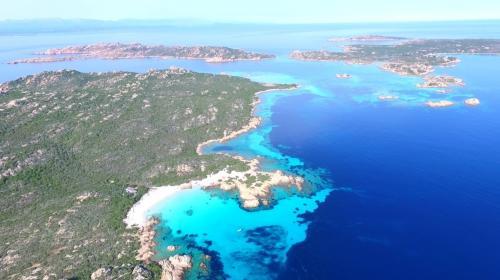 Panoramablick auf das Meer und die Inseln des La Maddalena Archipels