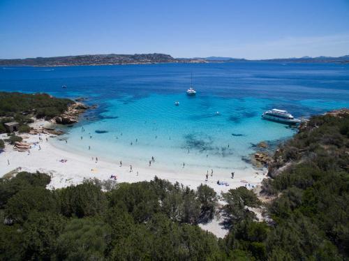 Strand und kristallklares Meer mit Badenden