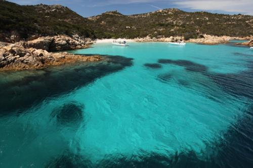 Türkisfarbenes Meer des La Maddalena Archipels