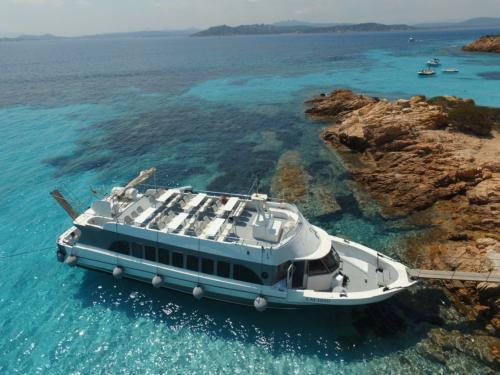 Motorschiff auf einer Insel des La Maddalena Archipels
