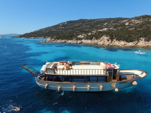 Motorboot im kristallklaren Wasser des La Maddalena Archipels