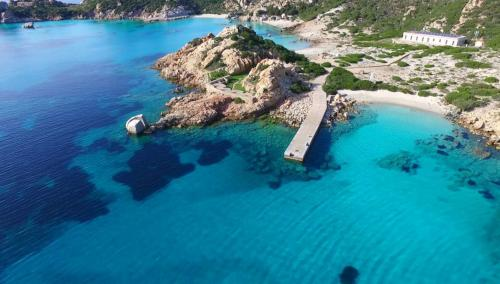Strand und kristallklares Meer des La Maddalena Archipels