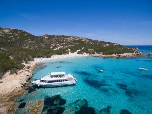 Motorschiff kommt auf einer Insel des La Maddalena Archipels an