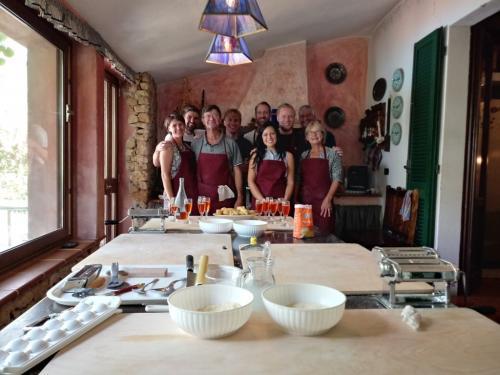 Escursionisti durante laboratorio guidato di cucina tradizionale