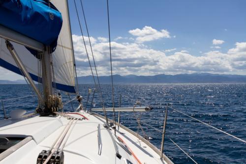 Barca a vela nel mare di Cagliari