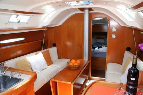 Interno di una barca a vela con tavolo e divani