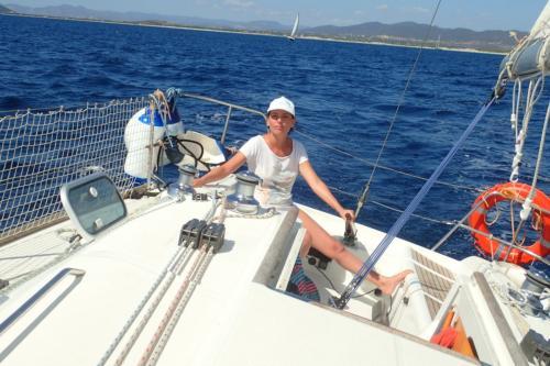 Ragazza a bordo di una barca a vela