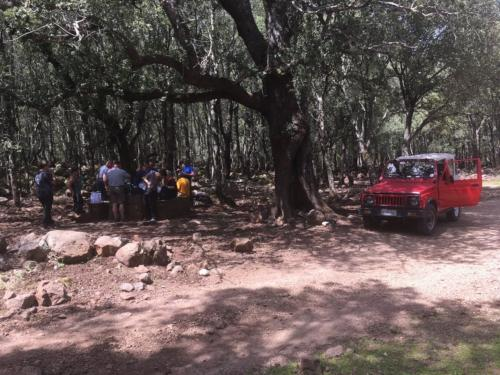 Off-road vehicle and hikers lunch