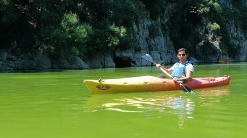 Junge in einem Kanuin dem Cedrino Fluss