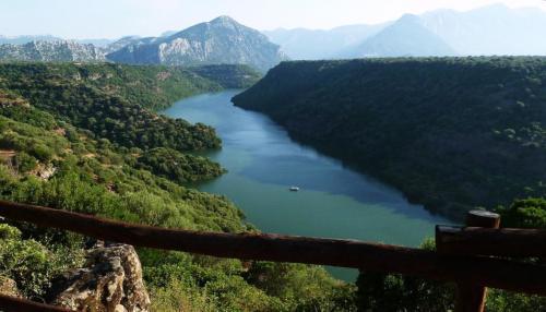 Landschaft und Fluss desEcoparco Neulè