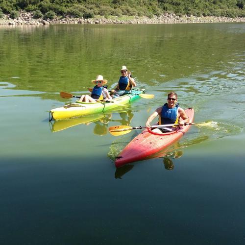 Freunde in einem Kanu während eines Tagesausfluges zum Ecoparco Neulè