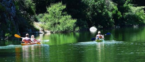 Kanuausflügler im Ecoparco Neulè