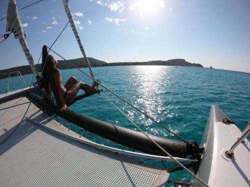 Mädchen entspannt sich an Bord eines Katamarans