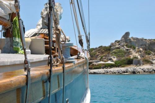 Goélette vintage sur la côte de Villasimius