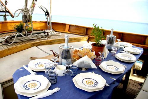 Das Mittagessen wird an Bord eines Vintage-Schoners serviert