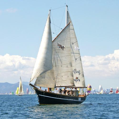 Vintage Schoner segelt im Meer von Villasimius