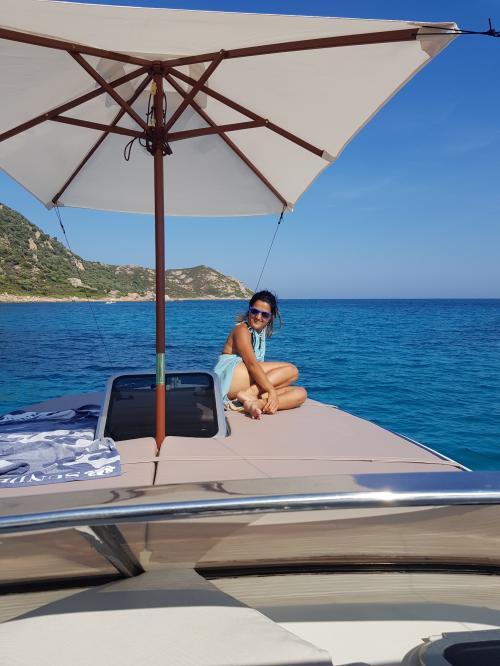 Ragazza a bordo di una barca