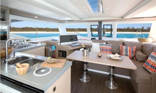 Kabine eines Luxuskatamarans mit Küche mit Meerblick