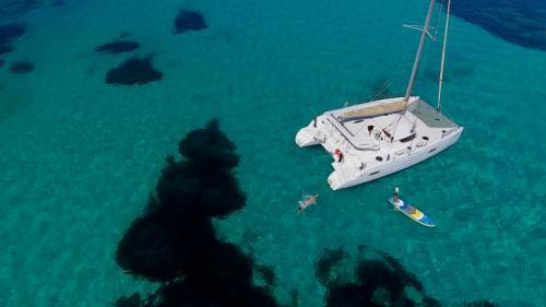 Luxuskatamaran und SUP im Golf von Asinara