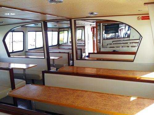 Sitzplätze an Bord eines Motorschiffs