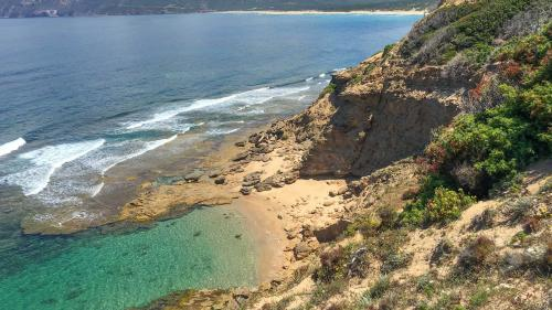 Kleiner Strandmit blauem Wasser