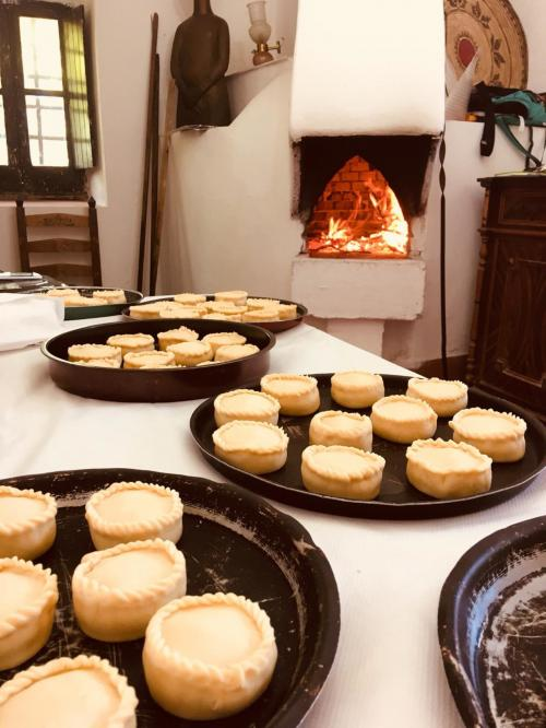 Panadas preparada durante una experiencia de cocina tradicional con un guía