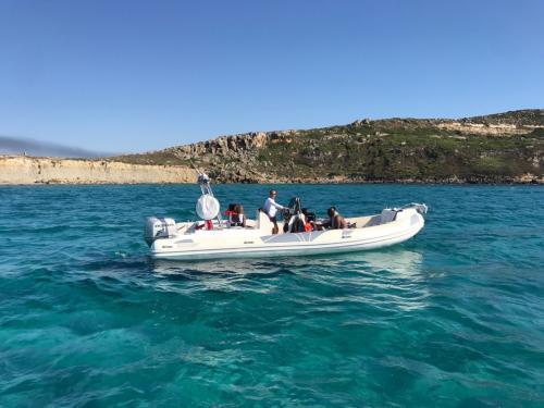 Schlauchboot mit Passagieren an Bord