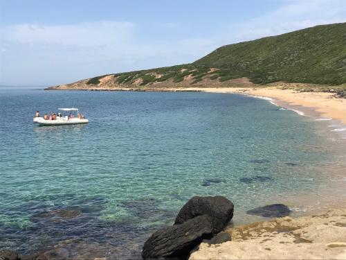 Gummiboot in der Sinis Küste